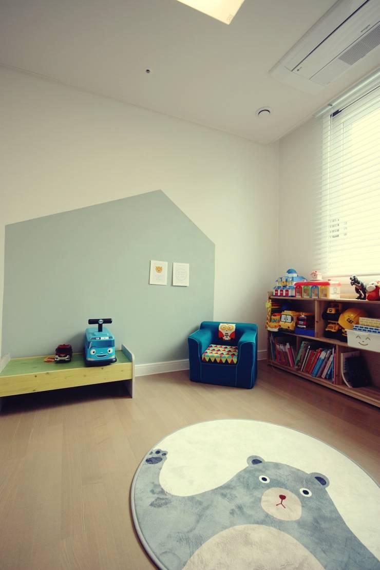 [홈라떼] 라이트 그레이로 톤업한 33평 위례 새아파트 홈스타일링: homelatte의  아이방
