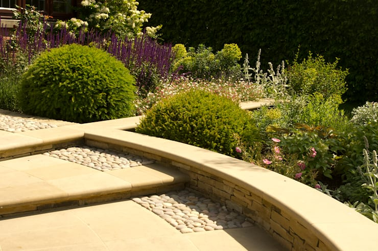 Arts and Crafts Inspired Front Garden:  Garden by Elks-Smith Landscape and Garden Design