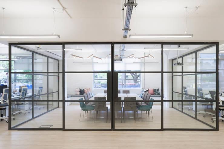 Per Meter 01 - 10 lampen in eiken in Londons kantoor:  Kantoor- & winkelruimten door Wisse Trooster - qoowl, Industrieel Hout Hout