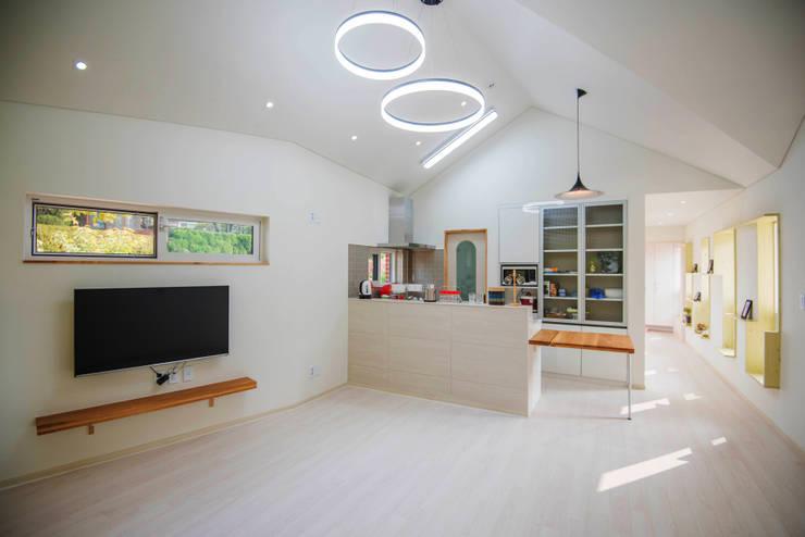 거실&주방: 건축사사무소 재귀당의  거실