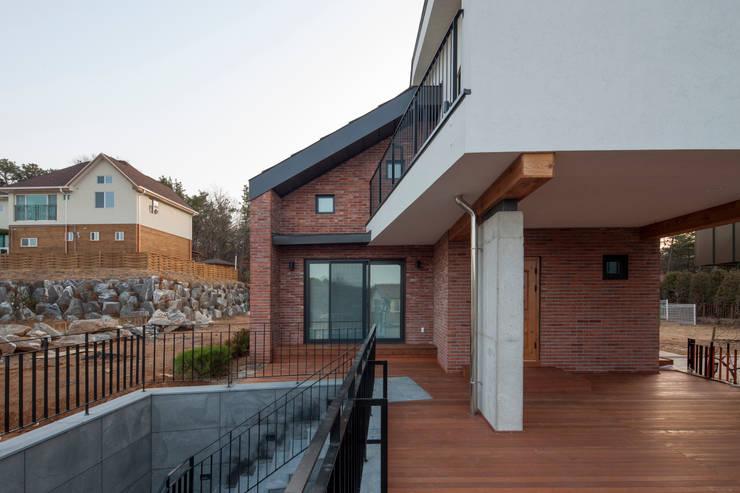 고양 성석동  대청을 둔 T자집: 리슈건축 의  주택