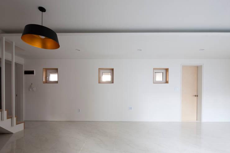 상도동 반달집: 리슈건축 의  방,모던