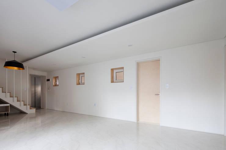 상도동 반달집: 리슈건축 의  거실,모던