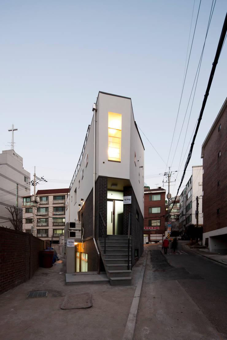 상도동 반달집: 리슈건축 의  주택