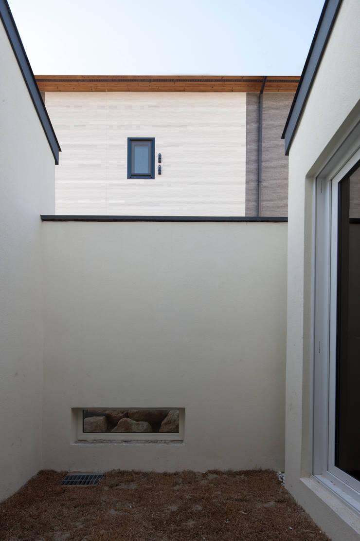 용인 흥덕 고양이 마당을 품은 ㄱ자집: 리슈건축 의  방