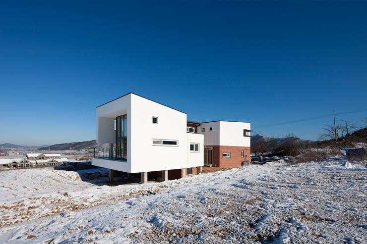 완주 누마루 ㅡ자 집: 리슈건축 의  주택