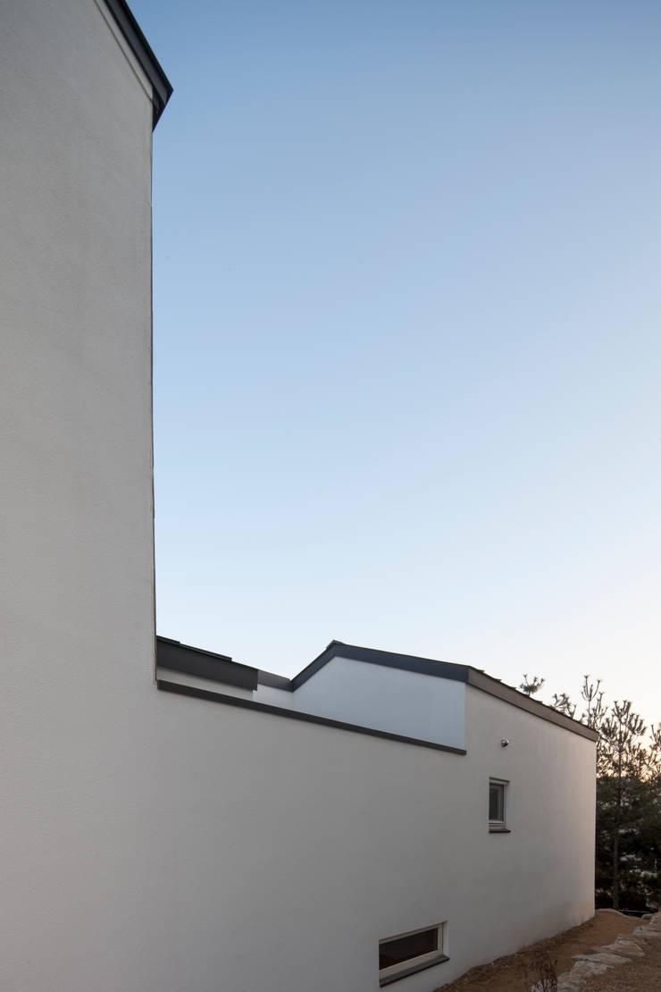 용인 흥덕 고양이 마당을 품은 ㄱ자집: 리슈건축 의  주택