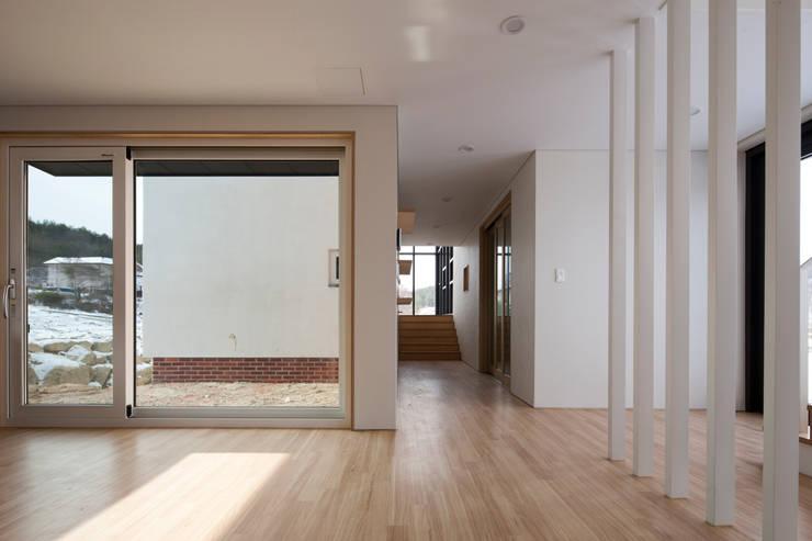 완주 누마루 ㅡ자 집: 리슈건축 의  거실