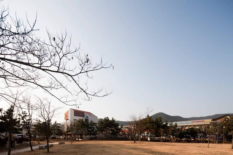 통영 도마집 (도서관을 품은 마당집): 리슈건축 의  주택