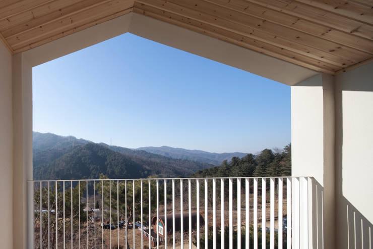 양평 바위마당 집: 리슈건축 의  베란다