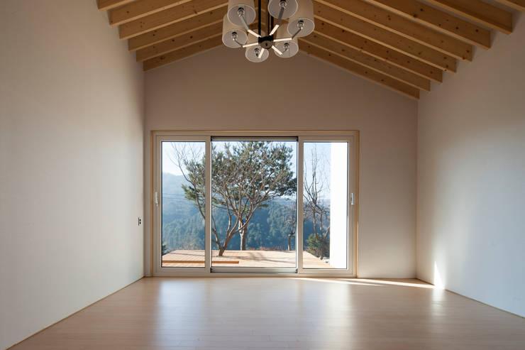 양평 바위마당 집: 리슈건축 의  거실