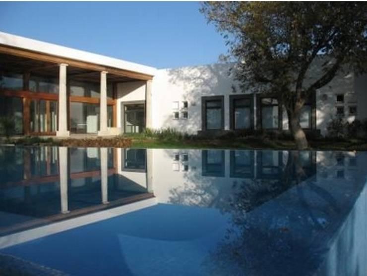 ESPEJO EN CONEJOS: Casas de estilo  por MARIO TALAMAS