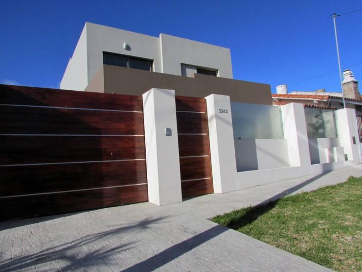FRENTE: Casas de estilo moderno por G7 Grupo Creativo