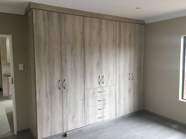 His & Hers wardrobe:  Bedroom by TCC interior projects cc
