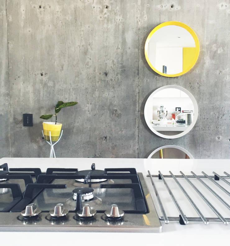 AC y Andrés Kitchen : Cocinas de estilo  por Nomada Design Studio