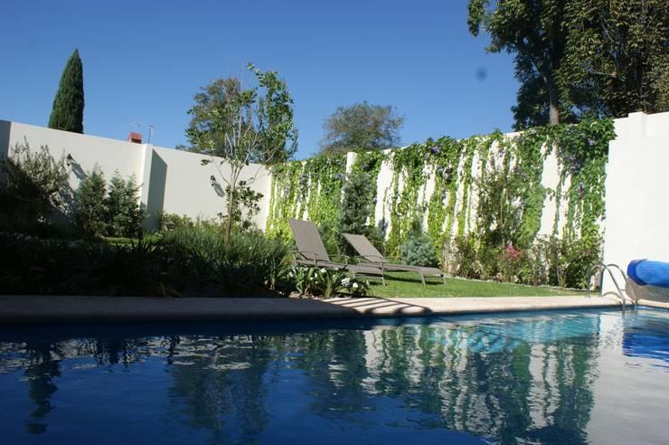 CASA VINTAGE ARQUIMIA ARQUITECTOS: Jardines de estilo  por Arquimia Arquitectos