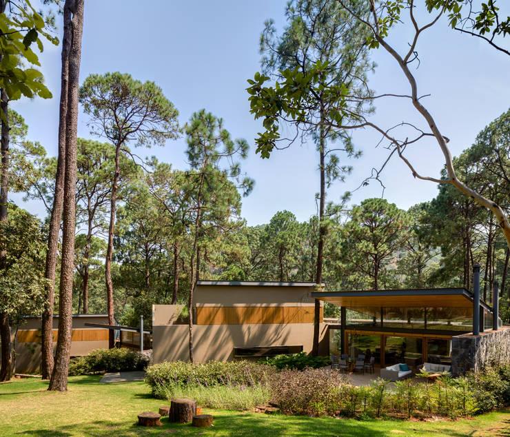Fachada jardín - Casas 1 y 2: Casas de estilo  por Weber Arquitectos