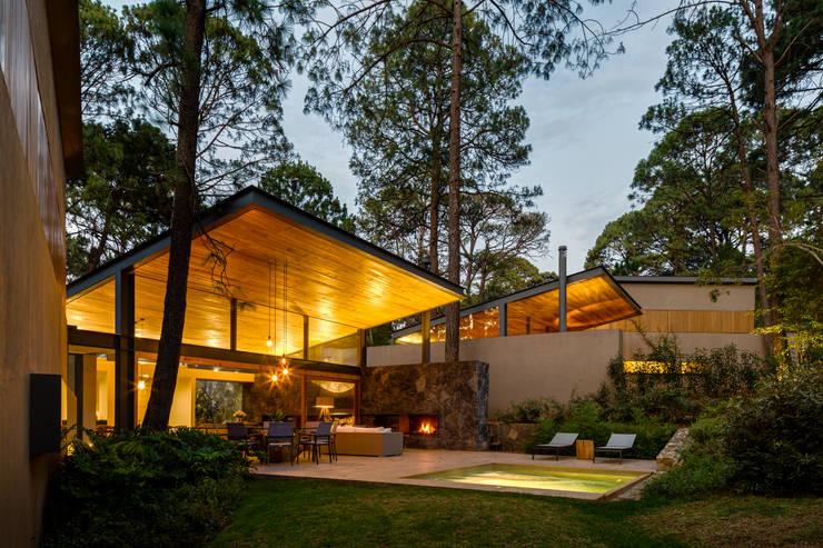 Fachada jardín - Casas 2 y 3: Casas de estilo  por Weber Arquitectos