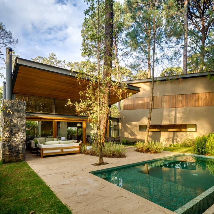 Fachada jardín - Casa 5: Casas de estilo  por Weber Arquitectos