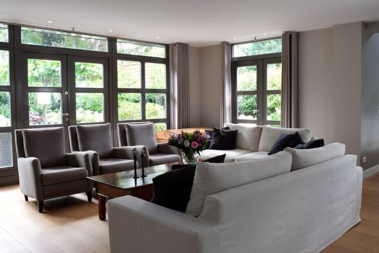 Vrijstaande Villa Heiloo:  Woonkamer door Atelier09