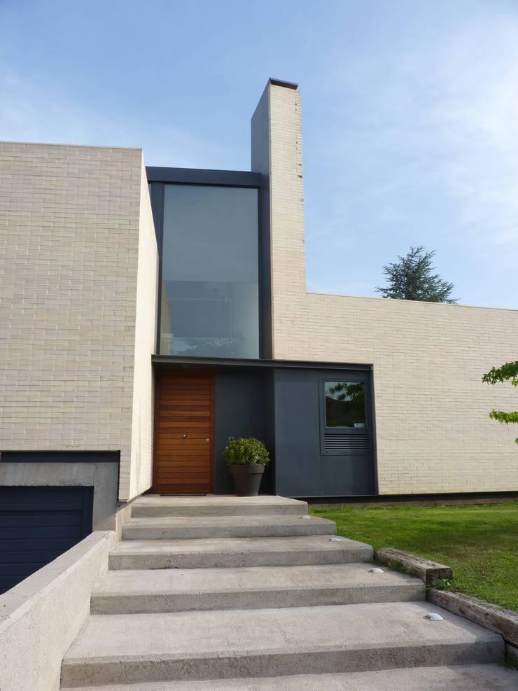 ENTRADA PRINCIPAL A VIVIENDA UNIFAMILIAR Casas de estilo escandinavo de asieracuriola arquitectos en San Sebastian Escandinavo Hormigón