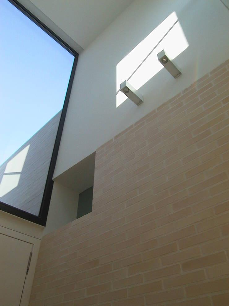 VISTA DESDE EL HALL PRINCIPAL Pasillos, vestíbulos y escaleras de estilo escandinavo de asieracuriola arquitectos en San Sebastian Escandinavo Ladrillos