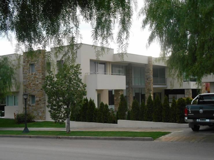 CASA DALVIAN ESQUINA: Casas de estilo  por MABEL ABASOLO ARQUITECTURA,Moderno