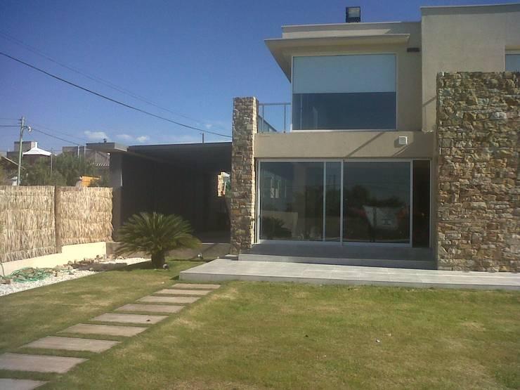 AMPLIACIÓN VIVIENDA: Casas de estilo  por MABEL ABASOLO ARQUITECTURA,