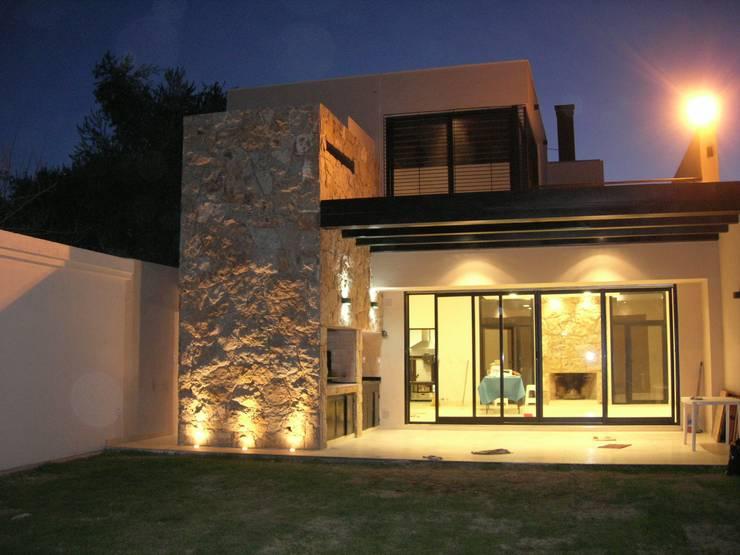 QUINCHO FAMILIAR: Casas de estilo  por MABEL ABASOLO ARQUITECTURA