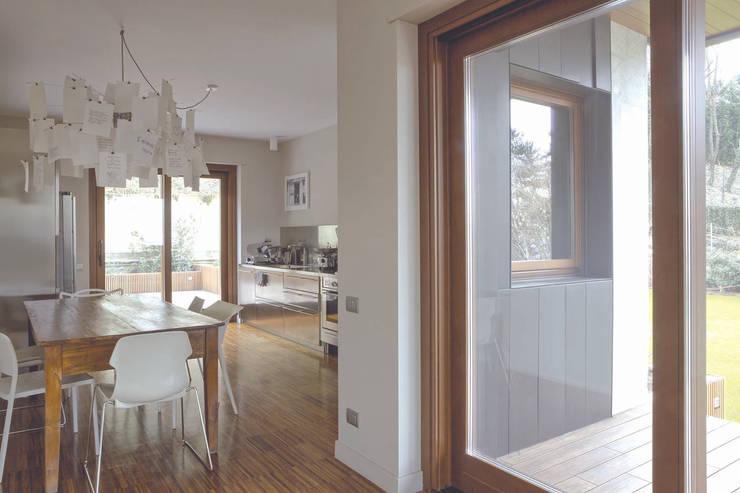 Interior with garden: Soggiorno in stile  di mg2 architetture