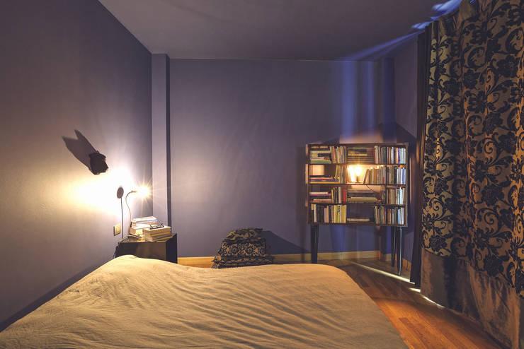 Interior with garden: Camera da letto in stile  di mg2 architetture