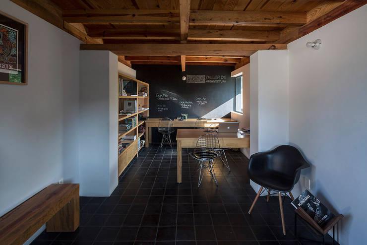 NIDO DE TIERRA: Estudios y oficinas de estilo  por MORO TALLER DE ARQUITECTURA