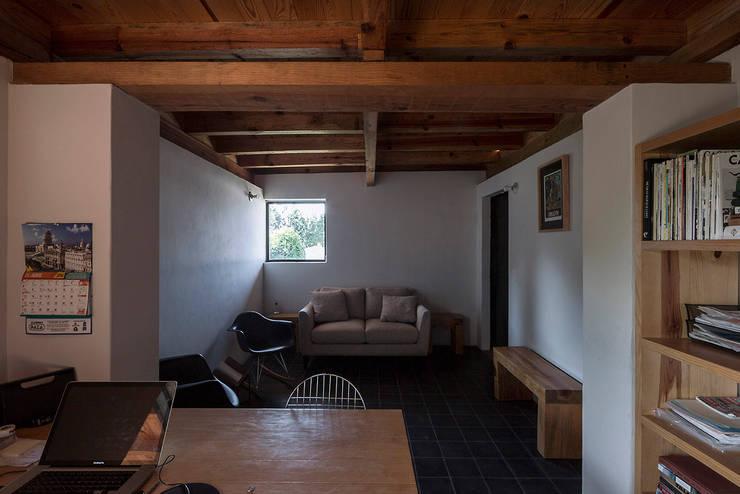 NIDO DE TIERRA: Salas de estilo  por MORO TALLER DE ARQUITECTURA
