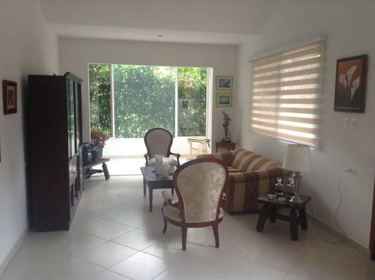 Casa Patricia R. - sala: Salas de estilo  por ARQUITECTOnico