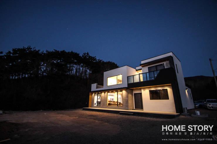 [울진전원주택] 자연속에 빛나는 모던한 디자인: (주)홈스토리의  주택