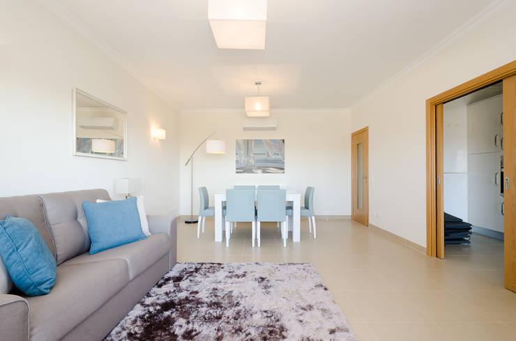 Projecto de decoração de interiores – Lagos Marina: Sala de estar  por Simple Taste Interiors