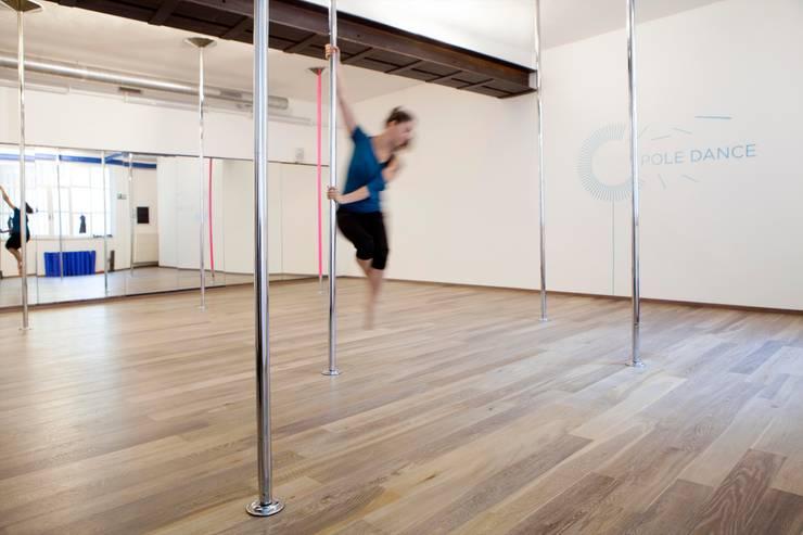 Salones de eventos de estilo  por mg2 architetture, Moderno