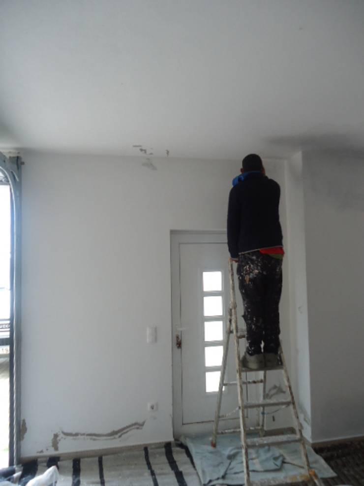 Infiltrações descobertas e reparadas, inicio das pinturas (antes): Garagens e arrecadações  por Atádega Sociedade de Construções, Lda