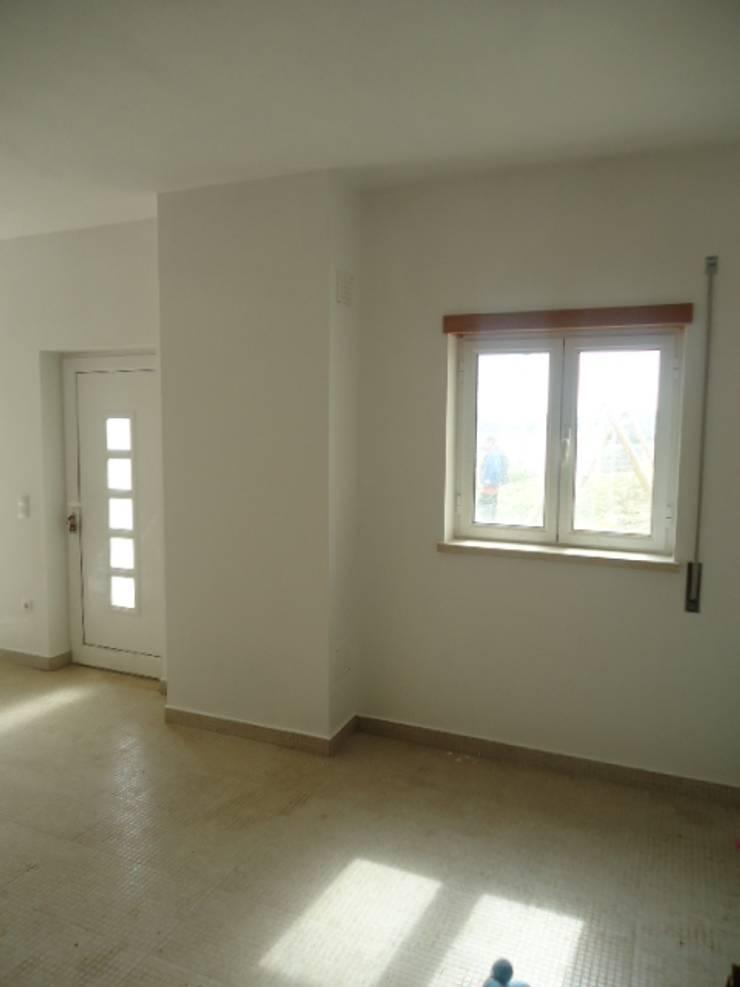 Reparação de infiltrações, pintura de tecto e paraedes na cor branco em cave de moradia (depois): Garagens e arrecadações  por Atádega Sociedade de Construções, Lda