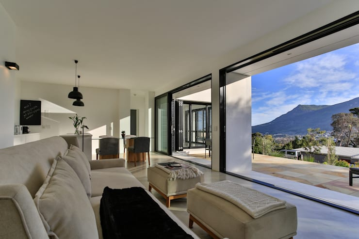 House Hout Bay - Babett Frehrking Architect:  Living room by Babett Frehrking Architect