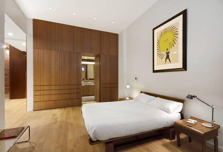 Tolomeo midi Led velador : Dormitorios de estilo moderno por Griscan diseño iluminación
