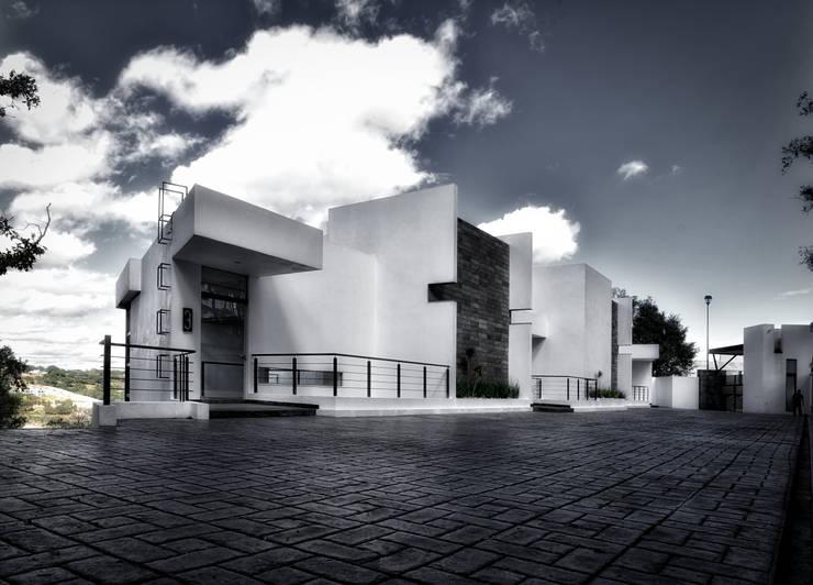 3 encinos: Casas de estilo  por ArqCubo