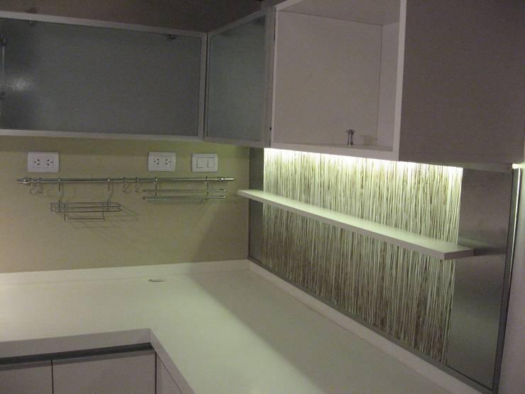 Reforma y refuncionalización de piso en Caballito, Ciudad de Buenos Aires: Cocinas de estilo  por laura zilinski arquitecta
