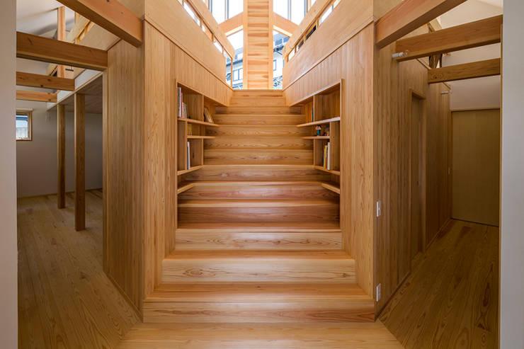 宇都宮・屋根の家: 中山大輔建築設計事務所/Nakayama Architectsが手掛けた廊下 & 玄関です。