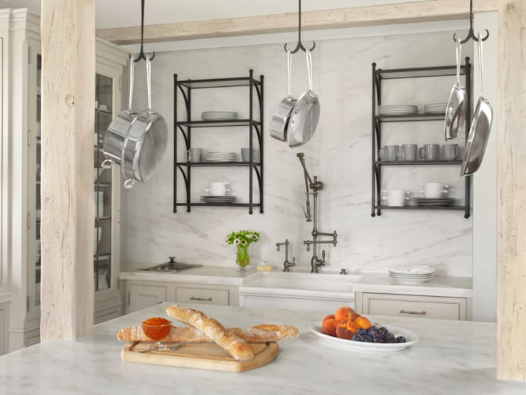 High Rise Renaissance:  Kitchen by BROOKSBERRY & ASSOCIATES KITCHENS AND BATHS