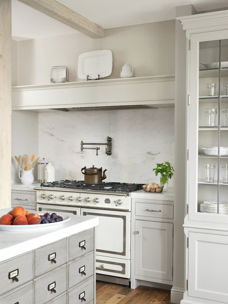 High Rise Renaissance: classic Kitchen by BROOKSBERRY & ASSOCIATES KITCHENS AND BATHS