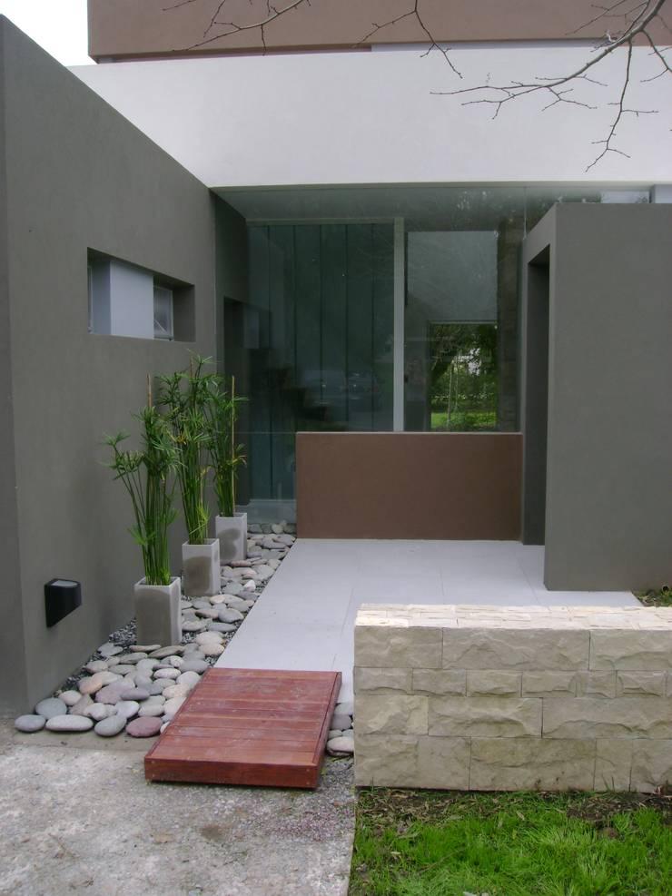 CASA RBL – Estudio FERNANDEZ+MEGO: Pasillos y recibidores de estilo  por Estudio Fernández+Mego,