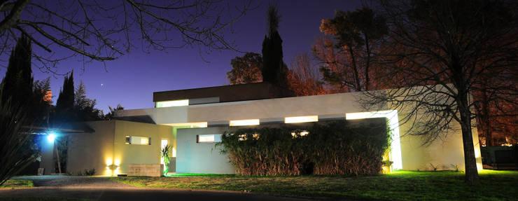 CASA RBL - Estudio FERNANDEZ+MEGO: Casas de estilo  por Estudio Fernández+Mego,
