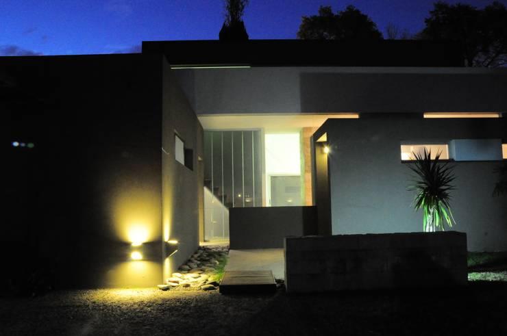 CASA RBL – Estudio FERNANDEZ+MEGO: Casas de estilo  por Estudio Fernández+Mego,