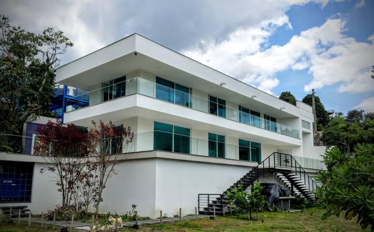 Casa Sasaima : Casas de estilo  por Vertice Oficina de Arquitectura, Moderno